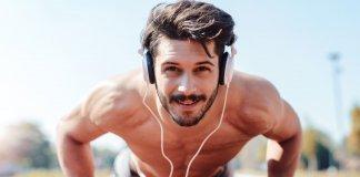 Mężczyzna na diecie dla sportowca robi pompki